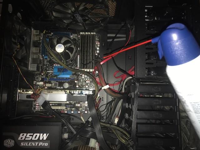 Cómo limpiar el interior de su ordenadorLos ordenadores atraen a los conejitos de polvo como imanes al metal, pero esto no significa que sean compatibles. Esta es una guía paso a paso sobre cómo limpiar de forma segura el interior del equipo.
