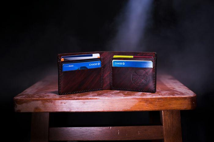 Billetera con bloqueo RFID: ¿Son útiles? los ladrones pueden robar fácilmente información de sus tarjetas de crédito si la tarjeta tiene un chip RFID integrado. Aquí es donde una billetera con bloqueo de RFID es útil.